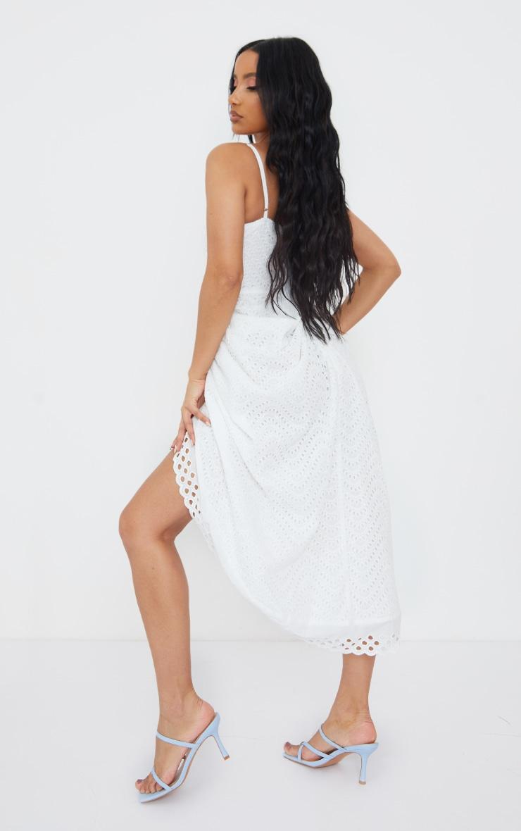Robe mi-longue blanche drapée style corset à bretelles et broderie anglaise 2