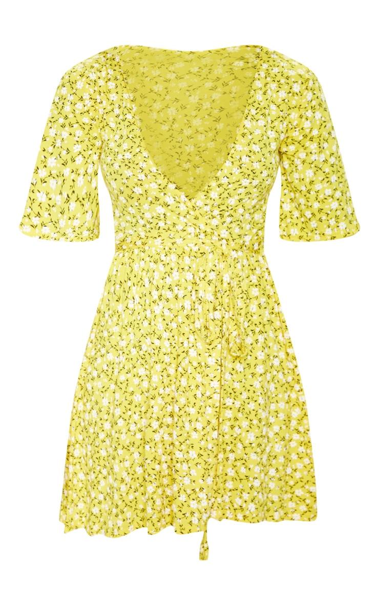 فستان أصفر بنقشة أزهار ملفوف 3